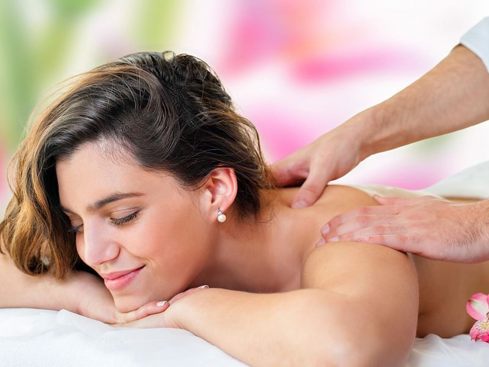 Illustration for article titled These 9 Massage Tricks Will Make Everyone Love Your Massages