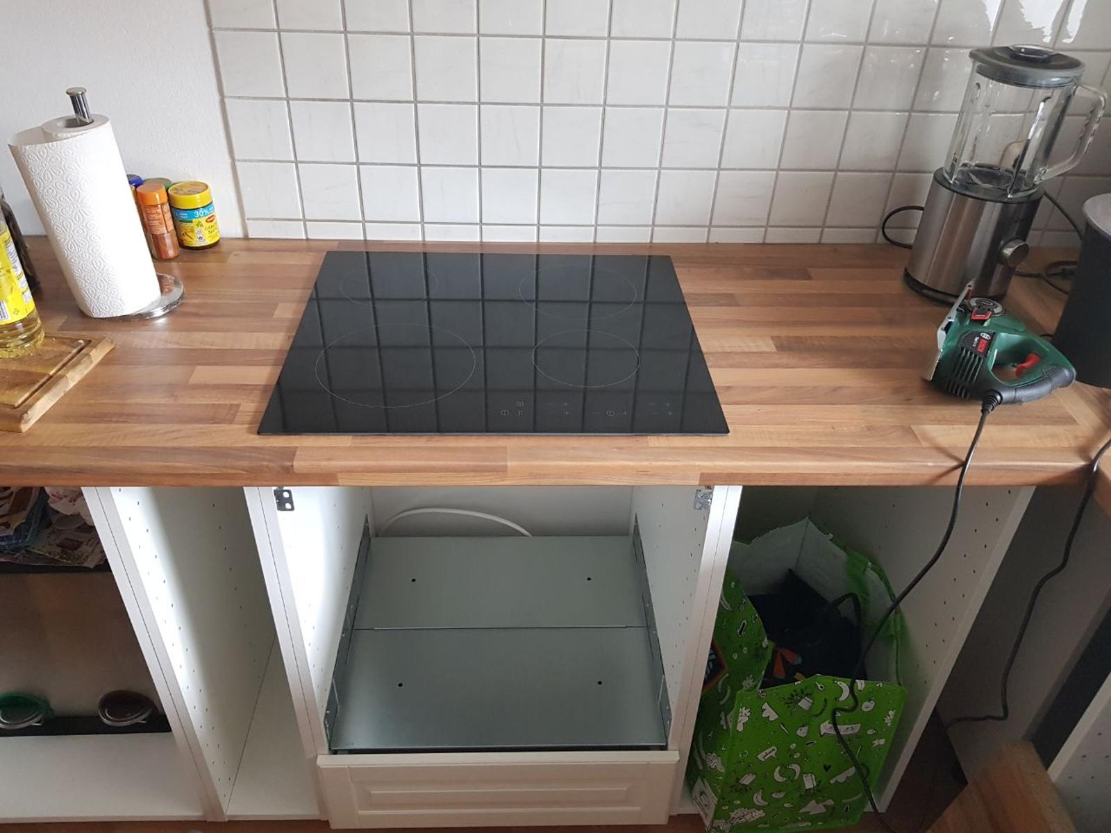 Si las medidas del hueco están bien hechas, la cocina encaja muy fácilmente. Es dejarla caer con cuidado.