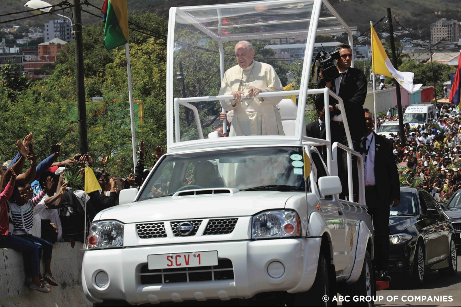Illustration for article titled The Popes Humble Pickup Truck Is A Very Practical Popemobile