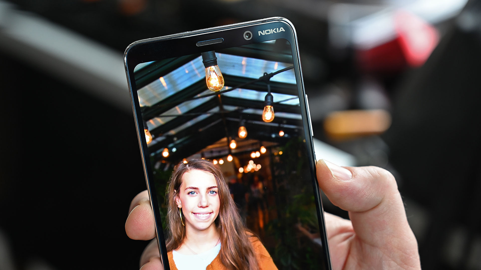 Look at the light bulbs in Nokia's sample pic and notice how the photo's focus smoothly transitions from sharp to blurry the further you go back, it's really quite impressive.