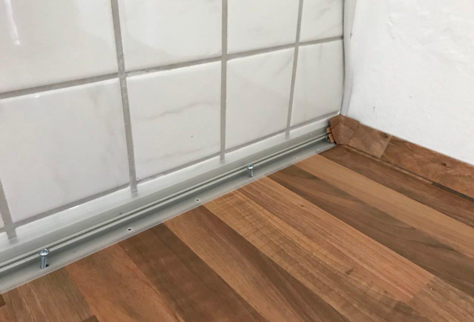 El embellecedor de la pared es de plástico. Es fácil de cortar y de atornillar, pero también es caro.