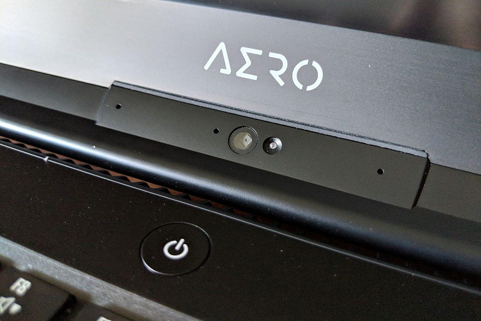 Los marcos del Aero son sólidos como una roca y finos (solo 5mm). A continuación un ejemplo de cómo son los marcos de un mal portátil.