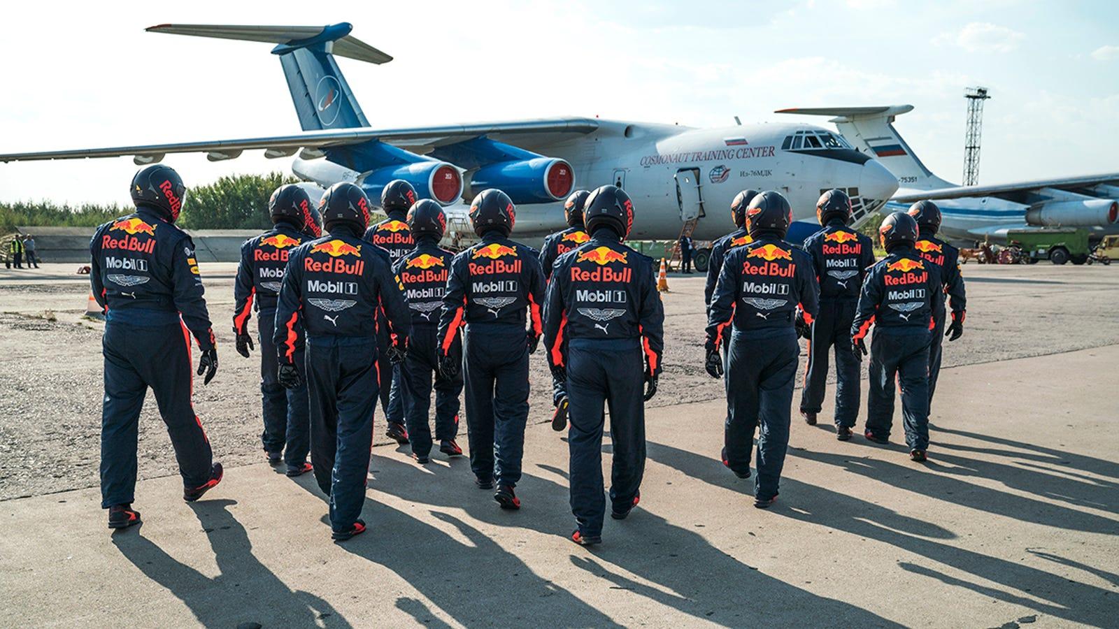 Illustration for article titled Esto es lo que pasa cuando un equipo de mecánicos de Fórmula 1 hace una parada en boxes en gravedad cero