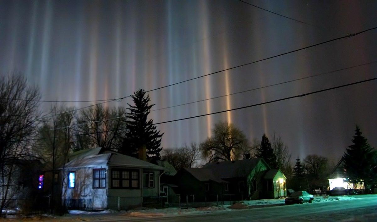 Pilares de luz, el espectacular fenómeno meteorológico que solo ocurre cuando hace mucho frío Hcjw98eobgehlhgcqnhl
