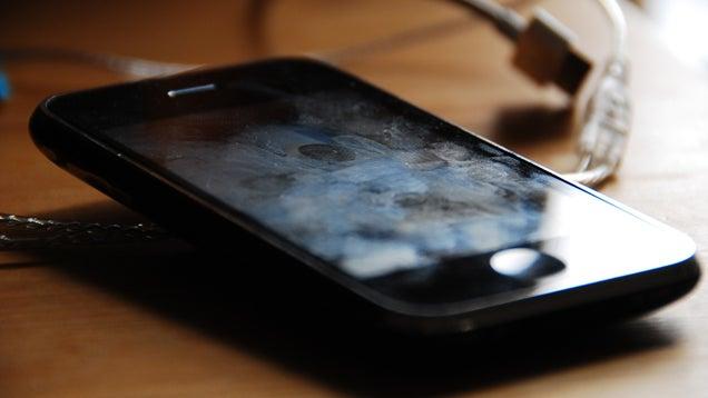 Modos de limpiar la pantalla del móvil sin estropearla