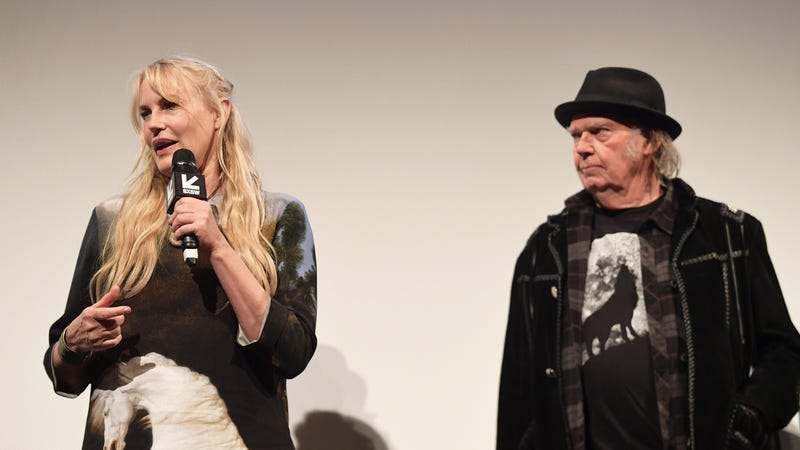 Illustration for article titled Neil Young confirms that he secretly married Daryl Hannah in unrelated gun control statement