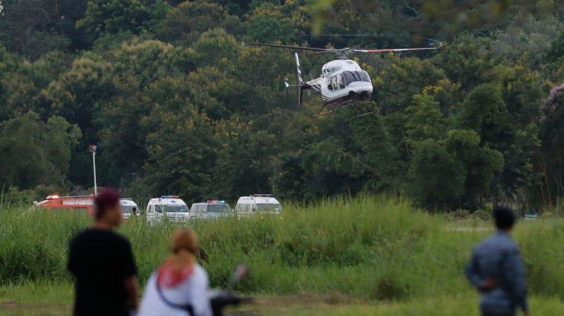 Un helicóptero traslada a uno de los niños rescatados a un hospital en Chiang Rai