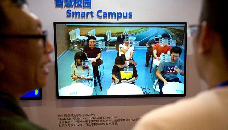 Ejemplo de tecnología de reconocimiento facial en el aula en una feria de China.