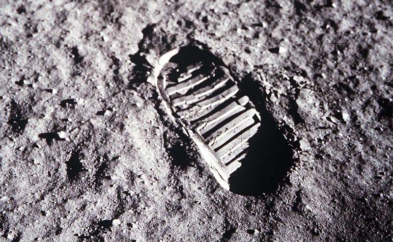 Illustration for article titled Por qué desaparecen tan rápido las huellas de astronautas en la Luna