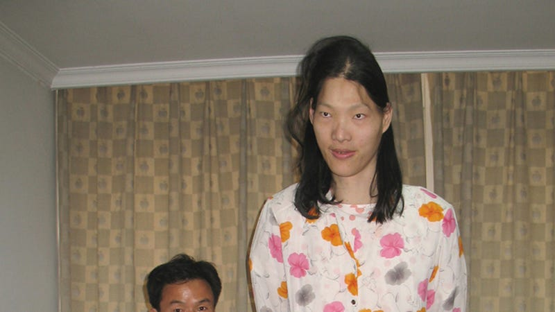 Illustration for article titled Yao Defen, World's Tallest Woman, Dead at 40