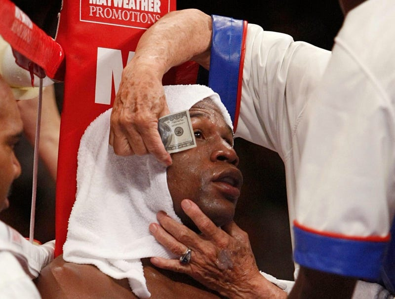 Illustration for article titled Trainer Applies Fresh $100 Bill To Floyd Mayweather's Bleeding Eyelid