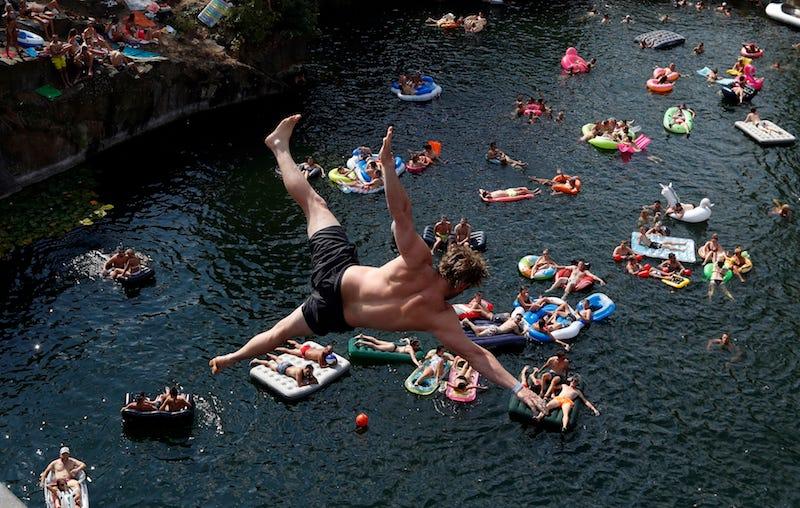 Quizá no sea tan buena idea tumbarte durante horas y horas este verano.