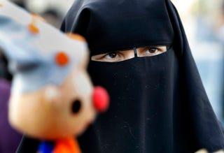 Illustration for article titled Kidobtak egy nikábot viselő muszlim nőt a párizsi operaházból