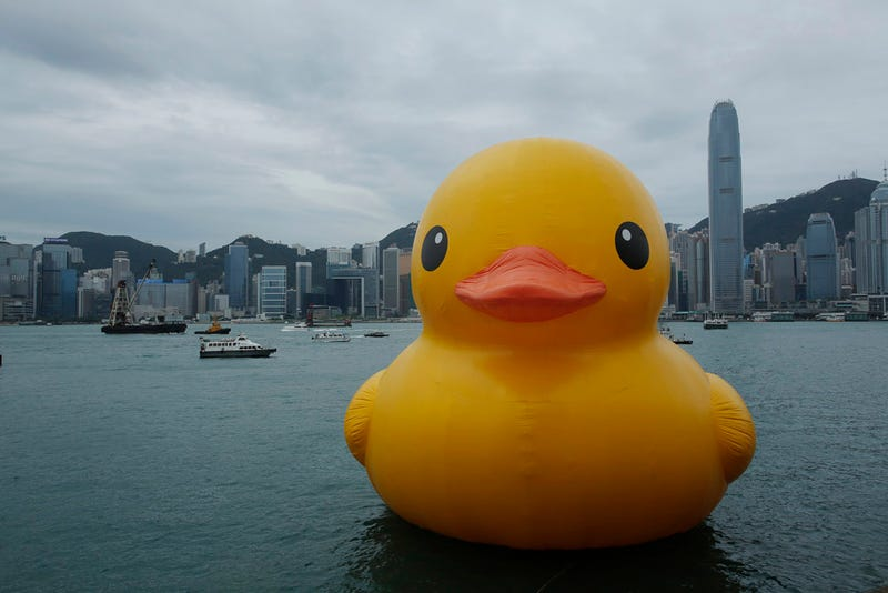 Illustration for article titled Un patito de goma de 16 metros arriba al puerto de Hong Kong [Actualizado]