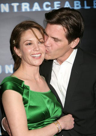 Illustration for article titled Josh Brolin's Smooch Makes Us Green With Envy