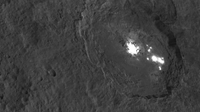 Illustration for article titled Los misteriosos puntos de Ceres son tan brillantes que saturan los sensores de la sonda Dawn