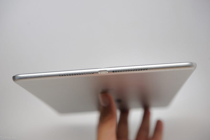 Illustration for article titled Alleged iPad Air 2 Leak Shows Off One Super-Skinny Tablet