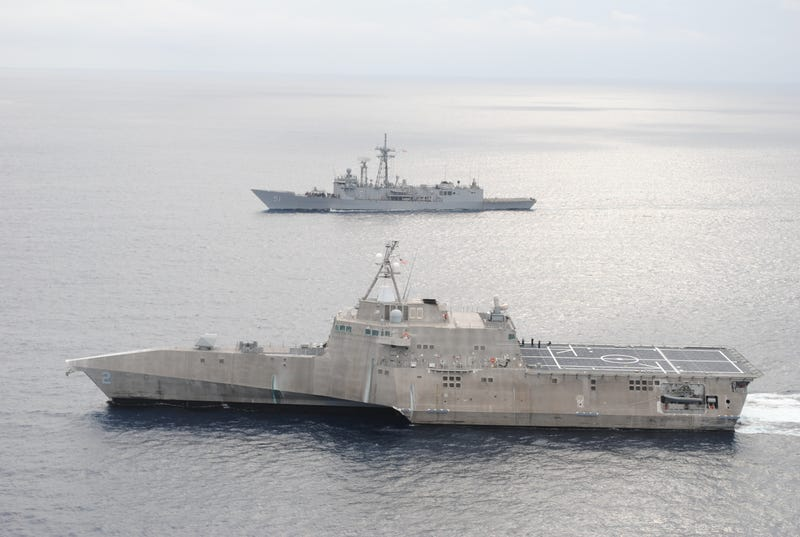 USS Gary (FFG-51) one of the last Perry-class guided missile frigates operates with USS Independence (LCS-2) in January 2015. US Navy photo.