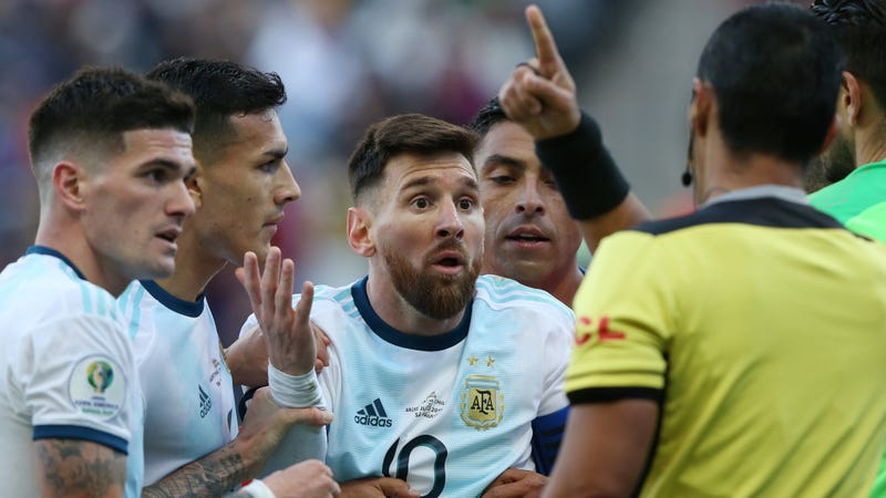 Illustration for article titled Overeager Ref Sends Messi Off For Not Retaliating Against Chile's Gary Medel