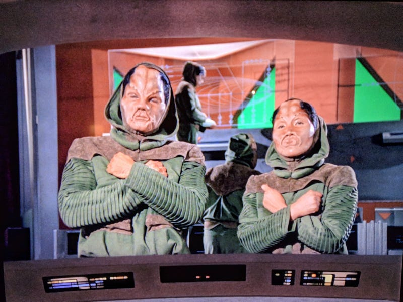 Illustration for article titled These aliens on Star Trek are doing the Wakanda salute