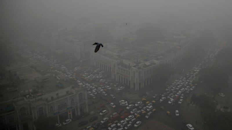 Traffic moves around a smog-enveloped Connaught Place, the heart of Delhi, India. (Image: AP)