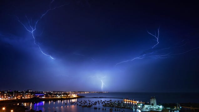 Record-Breaking Lightning Just Chilled in the Sky for 17 Seconds