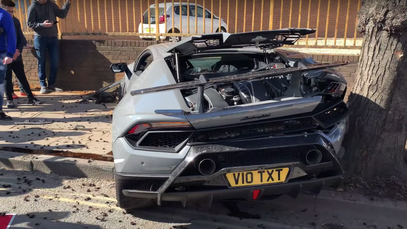 Illustration for article titled This Lamborghini Crash Everyone's Talking About Is Utterly Baffling
