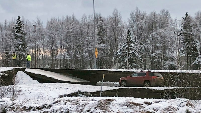 Illustration for article titled Huge Earthquake in Alaska Snaps Highway In Half [Update]