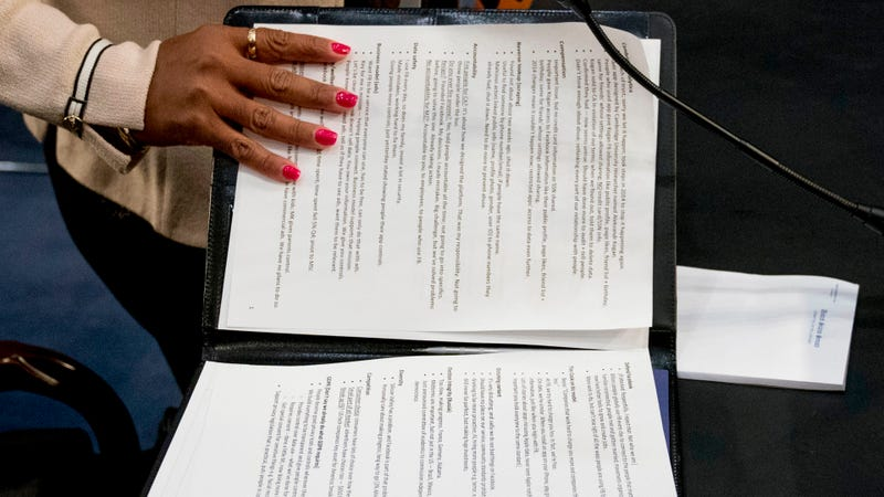 Illustration for article titled Mark Zuckerberg se dejó sus notas abiertas en su comparecencia ante el Congreso: esto es lo que decían
