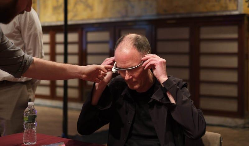 Illustration for article titled William Gibson, el padre del cyberpunk, se prueba las Google Glass