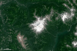 Illustration for article titled Before-and-After Pics Show the Extent of Mount Baker's Dwindling Snow