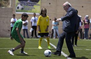 Illustration for article titled Blatter! Természetesen nem mondott le