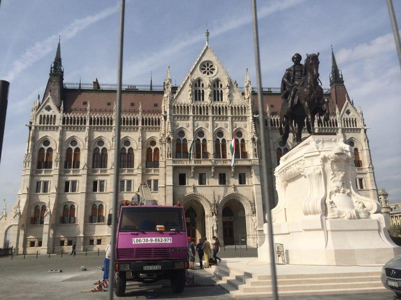 Illustration for article titled Dögös magyar szexmasina ül egy hatalmas oroszkrémtorta tetején