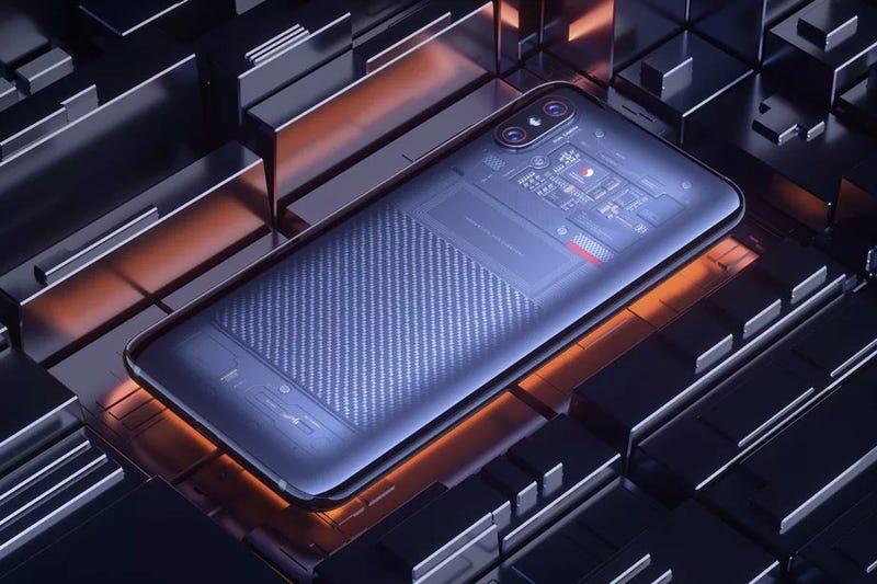 """El Xiaomi Mi 8 Explorer con tapa trasera """"transparente""""."""