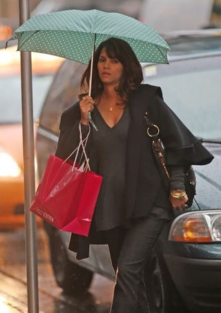 Illustration for article titled Pregnant Halle Berry Carries Her Own Umbrella