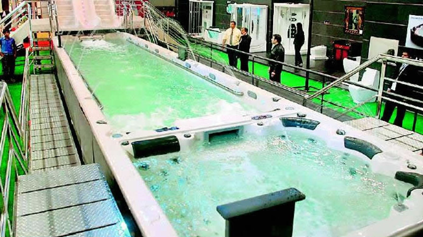 World\'s Largest Bathtub. Just that: World\'s Largest Bathtub