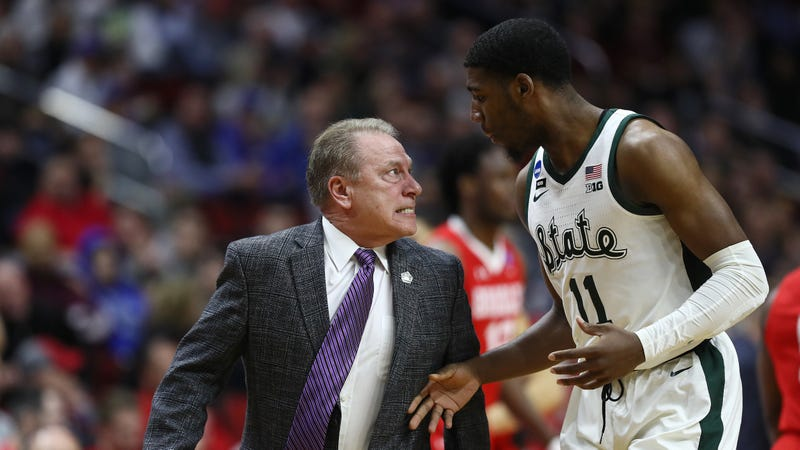 Illustration for article titled Tom Izzo Flips Out On Aaron Henry, Has To Be Held Back By Players