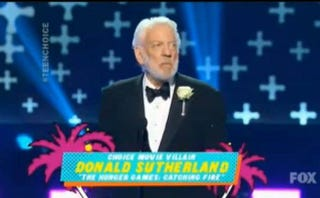 Illustration for article titled DONALD SUTHERLAND: TEEN CHOICE AWARD WINNER