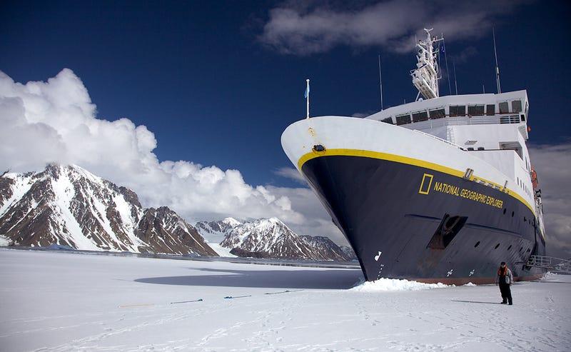 El crucero National Geographic Explorer, uno de los pocos que visitan la Antártida.Foto: Wikimedia Commons