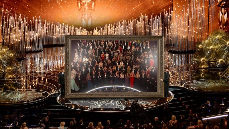 Illustration for article titled Large Mirror Brought Out Onto Oscars Stage Gets Resounding 6-Minute Standing Ovation
