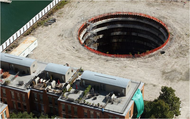 Nadie sabe qué hacer con este agujero en Chicago de 23 m. de profundidad