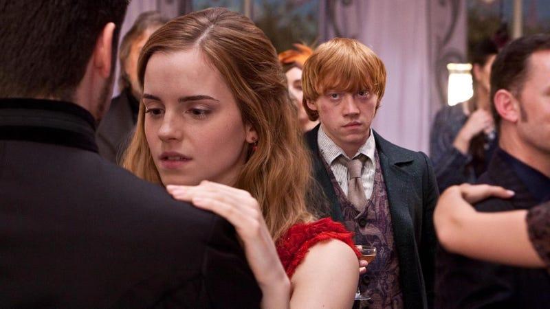 Viktor, Hermione y Ron en la boda de Bill Weasley y Fleur Delacour. Imagen: Warner Bros