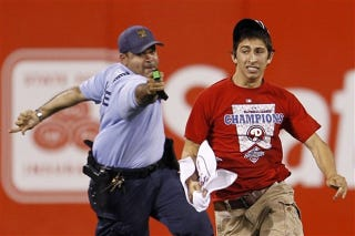 Illustration for article titled 17-Year-Old Kid Tazed After Running Onto the Field at a Phillies Game
