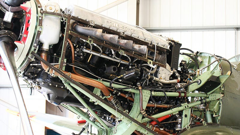 This Is How You Take The Rolls-Royce Merlin V12 Out Of A Spitfire Fightclub