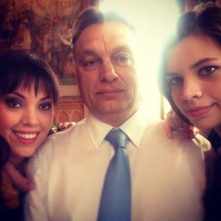 Illustration for article titled Tényleg ez lenne Orbán Viktor első szelfije?