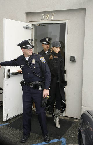 Illustration for article titled Pouty Jessica Alba's Police Escort
