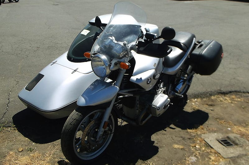 Illustration for article titled For $11,995, Would You Ring In The New Year With This 2004 BMW R1150RT and Hannigan Sidecar?