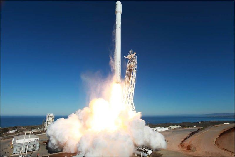 Illustration for article titled El cohete Falcon 9 de SpaceX despega con éxito hacia el espacio