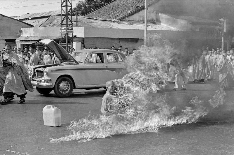 Illustration for article titled La historia detrás de esta escalofriante instantánea: el monje que se quemó a lo bonzo sin mover ni un solo músculo