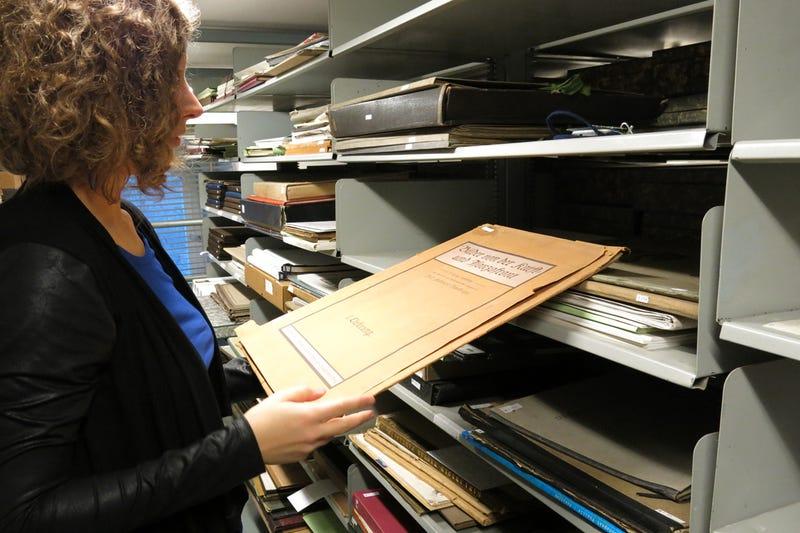Illustration for article titled Tudtátok, miért nem megy tönkre a sok százéves papír a könyvtárban?